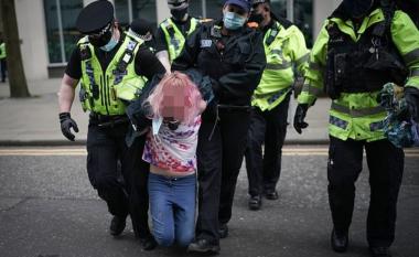 """Protestoi kundër masave anti-Covid, policia """"nxjerr"""" në të brendshme gruan gjatë arrestimit (FOTO LAJM)"""