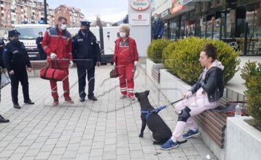 Nuk i vendosi qenit maskë, policia e tepron duke i hedhur spraj qytetares për ta arrestuar (VIDEO)