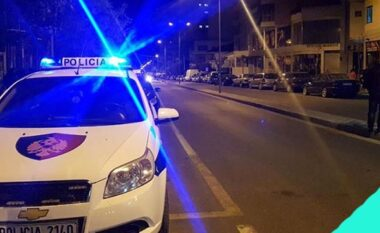 Aksident i rëndë në Tiranë: Shoferja del nga rruga e përplas dy këmbësorë (VIDEO)