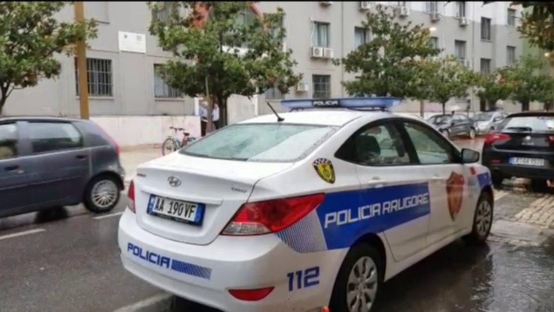 Kërcënoi me thikë gruan për t'i marrë lekët në bankomat, arrestohet 44 vjeçari