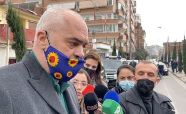 """Qytetarët brohorasin në kor """"Rama ik"""", kryeministri i përshëndet me dy gishtat lart"""