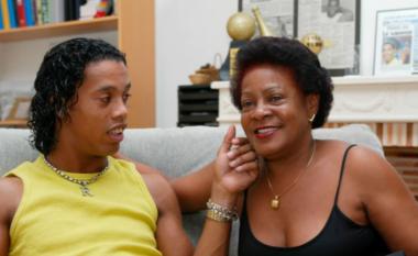 """Party dhe """"tapë"""" çdo natë, Ronaldinho i shkatërruar pas humbjes së nënës (FOTO LAJM)"""