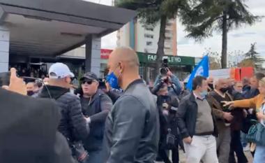 Sherri në Elbasan, shoqërohen në komisariat disa persona (VIDEO)