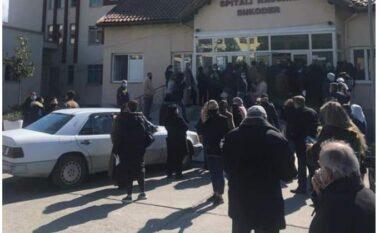 Njerëzit grumbull para derës së spitalit, ish-deputeti publikon fotot