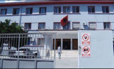 26-vjeçari me COVID-19 hidhet nga kati i tretë i spitalit të Elbasanit