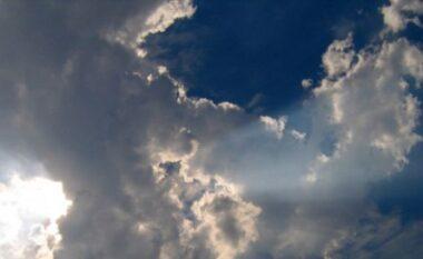 Dita nis me vranësira, a do të bjerë shi sot?