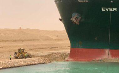 Momenti kur gjiganti detar bllokon Kanalin e Suezit (VIDEO)