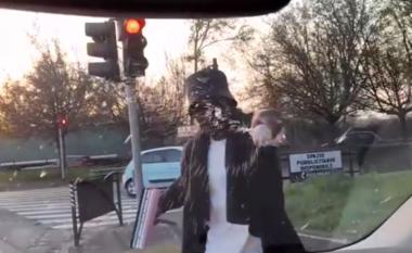 Ylli i Serie A befason keq të dashurën në semafor, shikoni cfarë i bën (VIDEO)
