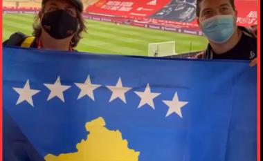 Gazetarët spanjollë bëjnë foto me flamurin e Kosovës