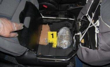 U kap me 10.5 kg kanabis në makinë, pranga 48-vjeçarit në Përrenjas