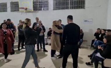 """""""Shkrihen gjakrat"""" në Vlorë, Ina Zhupa përqafohet me ministren Denaj"""