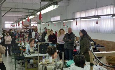 Xhaferraj takon punonjësit e fasonerisë në Shkozet: Do të ulim çmimin e energjisë elektrike