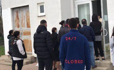 Prishtinë: Qytetarët presin të testohen, pa respektuar as masat elementare anti-Covid