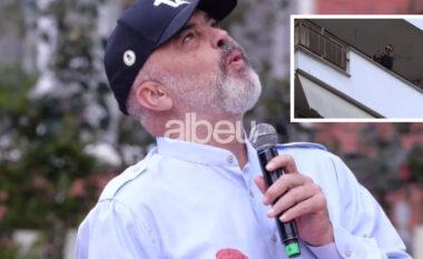 """Qytetari thërret nga ballkoni """"Rama ik"""", kryeministri: Kujdes mos biesh, se nuk ia vlen për Lulin"""