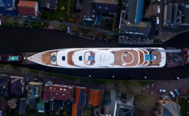 Momenti kur superjahti gjigant kalon përmes kanaleve të ngushta në Holandë  (FOTO LAJM)