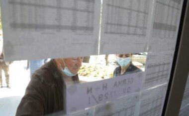 Plas sherri jashtë qendrës së votimit në Rrogozhinë, disa persona në komisariat