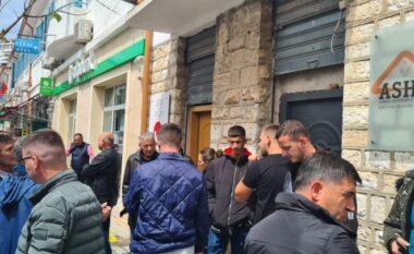 """1 ditë para zgjedhjeve! Skandal në Sarandë, shpërndahen leje legalizimi """"pa hesap""""? (VIDEO)"""