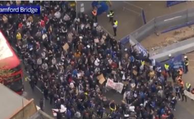 Qindra tifozë të Chelseat dalin në protesta, nuk e duan Superligën e Evropës (VIDEO)