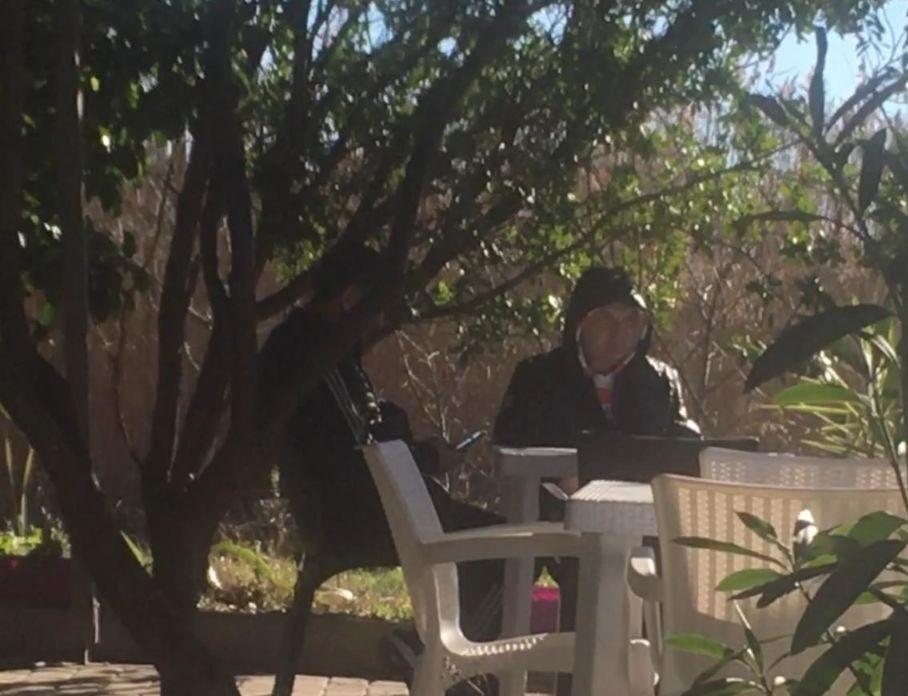 Meta me kapuç, Blushi sqaron çfarë fshihet pas fotos që bëri xhiron e rrjetit (VIDEO)