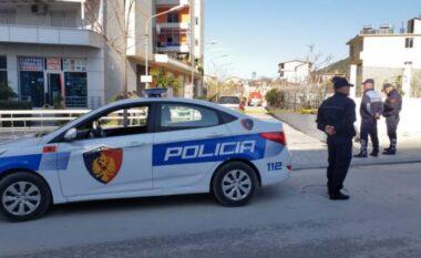 Skandal në Divjakë! Shefi i komisariatit rreh aktivisten e PD, i thyen dorën