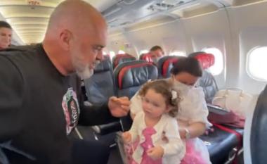 Pa maskë e distancë, Rama publikon pamjet nga brenda avionit drejt Kukësit (VIDEO)