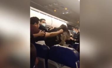 Plas sherri në avion, shtyhet me 5 orë fluturimi (VIDEO)