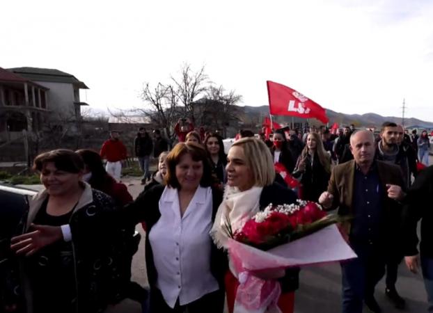 """""""Mona je e jona"""", qytetarët e Korçës i dhurojnë lule Kryemadhit (VIDEO)"""