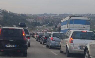 Trafik i rënduar në hyrje të Tiranës (VIDEO)