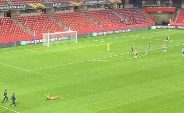 Ndodh befasia në Granada-Man. United, një tifoz lakuriq në fushë (VIDEO)