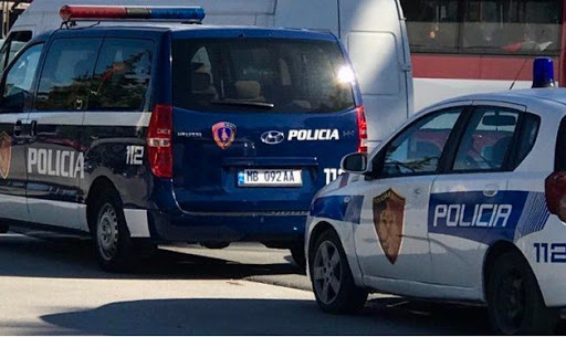 Një person i plagosur shoqërohet në Policinë e Elbasanit