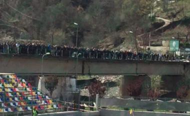 Ndodh në Librazhd, ura mbushet plot me tifozë për të parë derbin ndaj Shkumbinit (FOTO LAJM)
