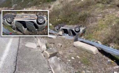 Përmbyset makina në Elbasan, burrë e grua shpëtojnë mrekullisht