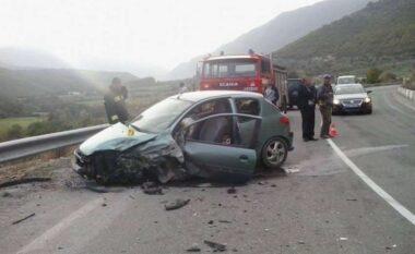 """Përplasen kokë më kokë dy automjete në rrugën e """"Kombit"""", plagoset shoferja"""