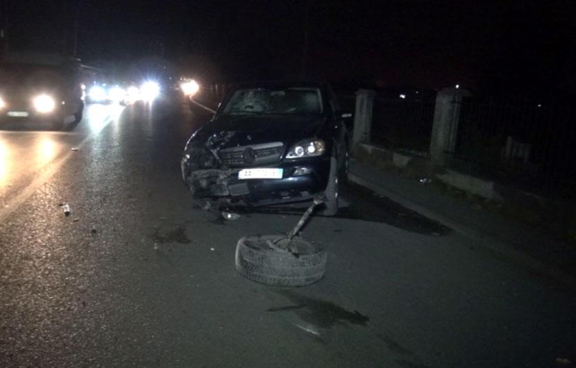 Aksident në aksin Lezhë-Milot, shoferi përplas 4 makina të parkuara