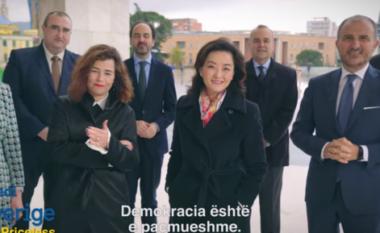 Ambasadorët bëhen bashkë për t'ju dhënë një mesazh shqiptarëve: Mos e shit votën (VIDEO)
