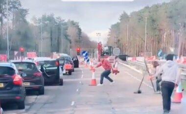 Video bëhet virale, shoferët i hapin rrugën me sekonda ambulancës në trafik (VIDEO)