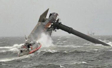 """Moti i keq përmbys anijen, """"zhduken"""" pasagjerët"""