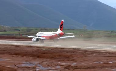 """Ulje historike, avioni me """"çunat e Londrës"""" dhe Ramën zbret në Aeroportin e Kukësit (VIDEO)"""