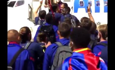 Barcelona nuk e ndalon festën edhe kur është duke shkuar në avion (VIDEO)