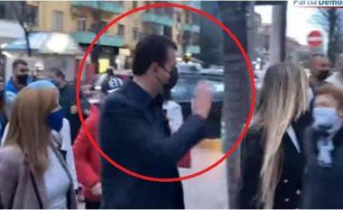Qytetari i pret rrugën Bashës dhe e vë në siklet: Mos bëni koalicion me LSI!