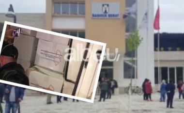 Furgoni me mallra në Berat, bashkia hedh poshtë akuzat e PD-së: Janë mbledhur për familjet e prekura nga pandemia