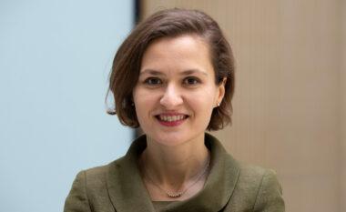 Dha dorëheqjen nga qeveria Rama, Besa Shahini rikthehet në Shqipëri dhe tregon kë do të votojë