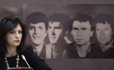 """Familjarët e dëshmorëve të 2 prillit """"hakmerren"""" ndaj Topallit: I heqin kurorën me lule nga memoriali"""