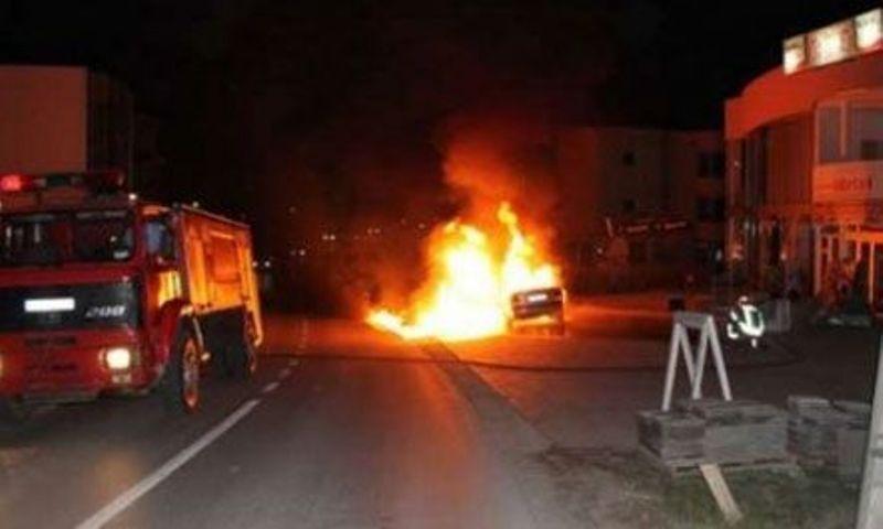 Përfshihet nga flakët makina në Durrës, shoqërohen disa persona