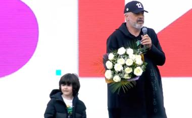 Rama tremb vogëlushen në Peshkopi:  Ç'janë këto lule, si nuk hoqët dorë (VIDEO)