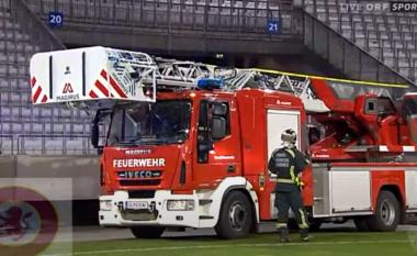 Stadiumi me dyer të mbyllura, tifozët i vënë flakën (VIDEO)