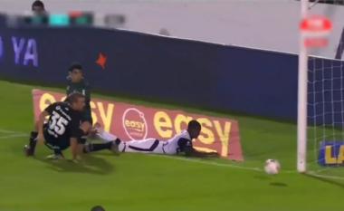 """Goli më """"i çmendur"""", nuk e di askush si hyri topi në rrjetë (VIDEO)"""
