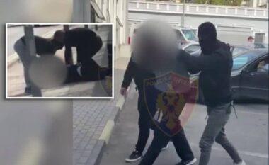 Të shtrirë në tokë, si u arrestuan grabitësit e vilave me të shkuar të errët (VIDEO)