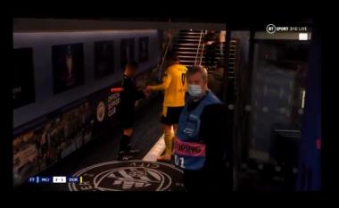 Kjo nuk kishte ndodhur më parë, arbitri i kërkon autograf Haaland (VIDEO)