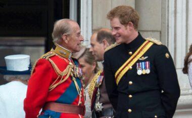 U rikthyer në Britani, por pse Harry s'mund ta nderojë gjyshin Philip me uniformë ushtarake